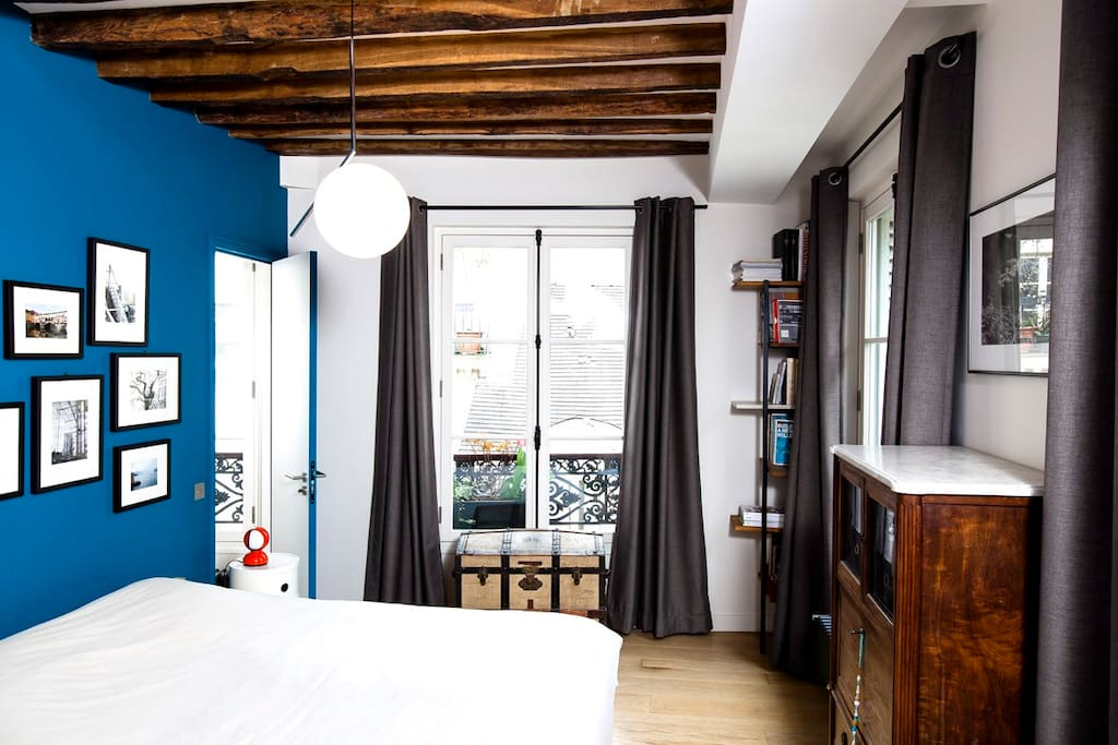 master bedroom with her own bathroom / chambre parentale avec sdb