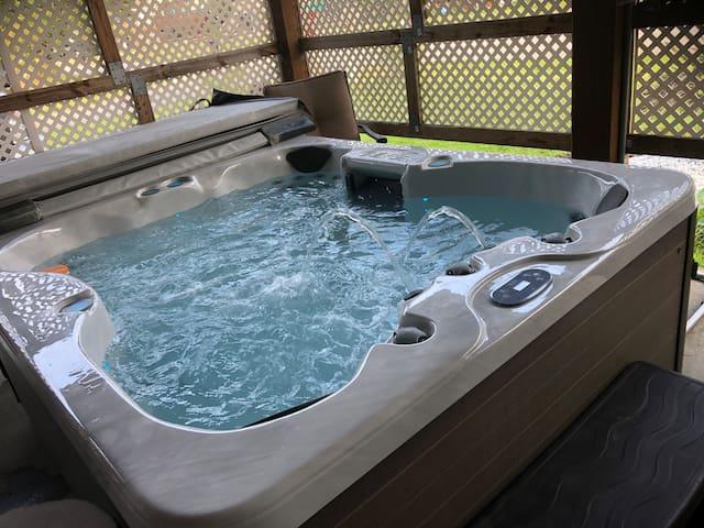 Beach Retreat-private suite, own entrance, hot tub