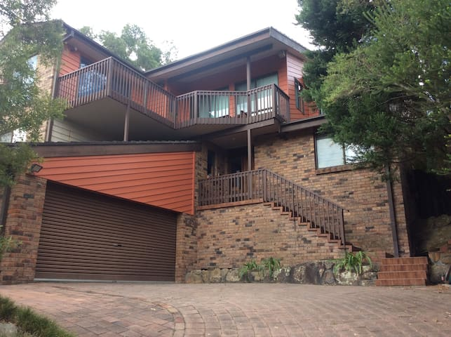 Large spacious home in bush setting - Illawong - Ev