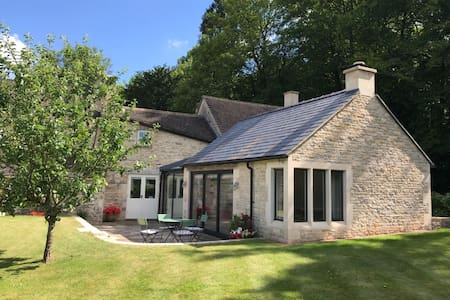 Stunning 2 bed Cotswold cottage, sleeps 4