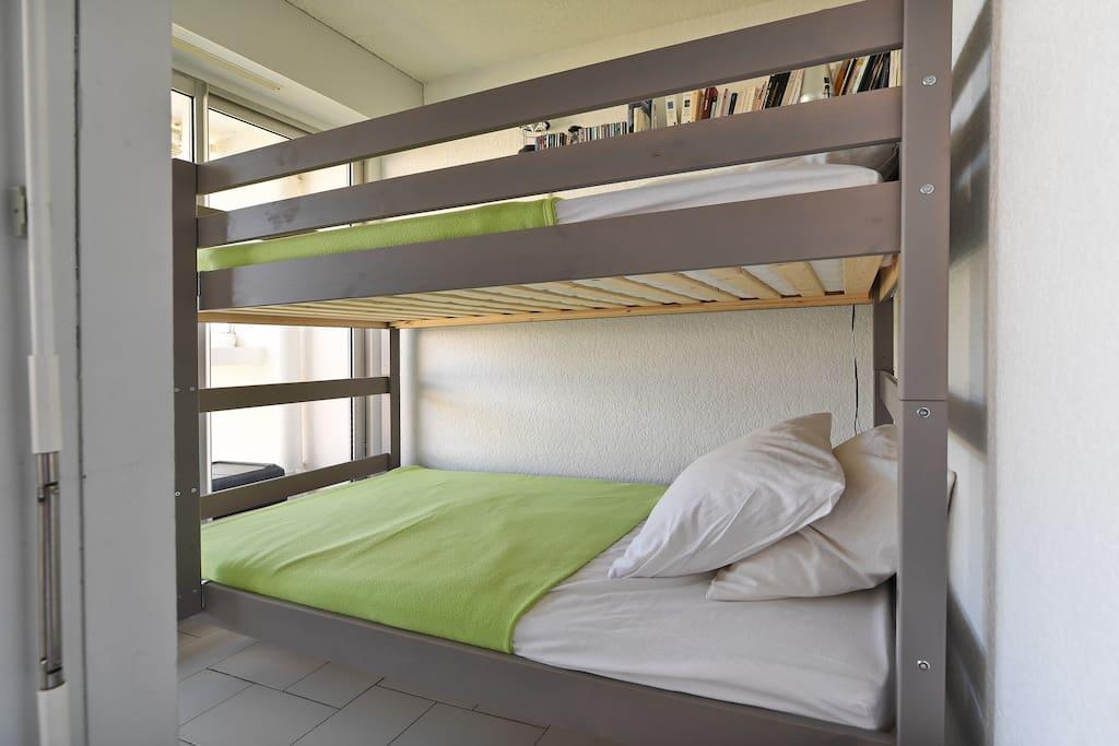 lits superposés 90 cm neufs dans la cabine donnant sur la mer