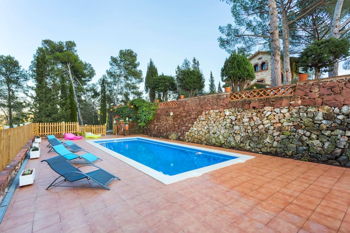 Villa fully air-conditioned, pool and barbecue.