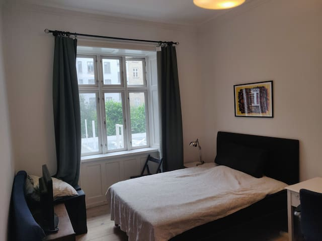 Large Bedroom in City Center