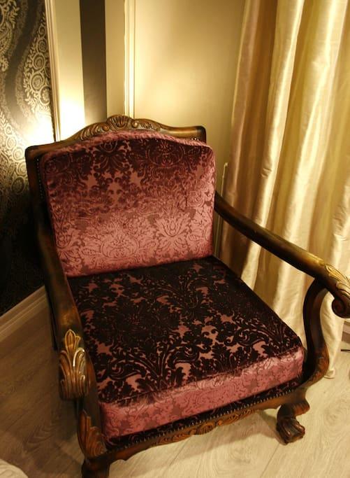 Enjoy a good novel on a Chippendale-armchair