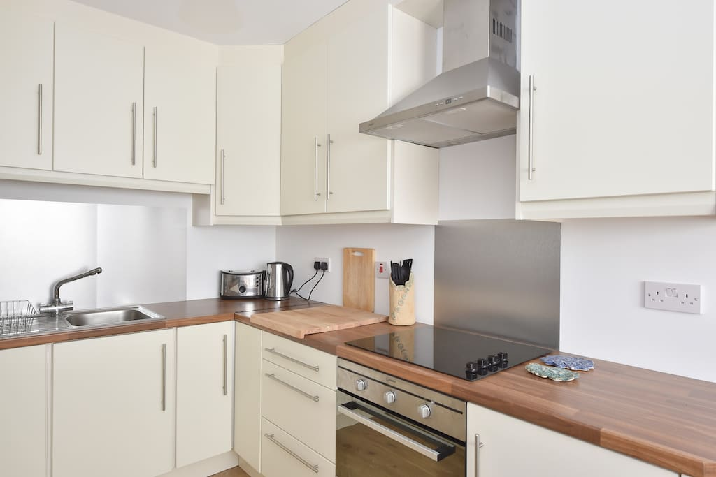 Fully equipped kitchen, ceramic hob, oven. Plenty of storage space.
