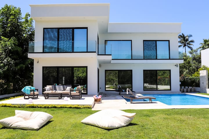 Modern Luxury BRAND NEW Villa Retreat!