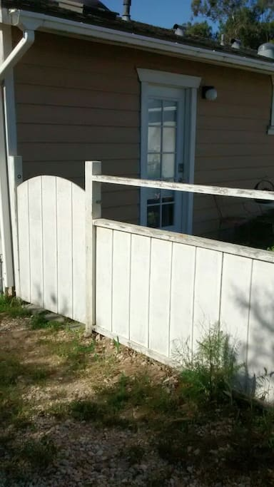 This is the side gate to the front yard. Please make sure my dog Gunner does not get out.