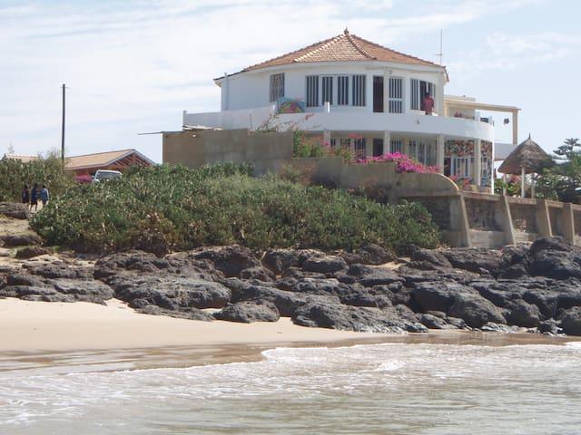 Vue de la plage sur la maison
