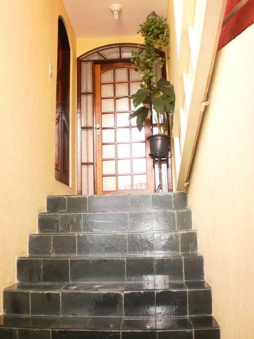 Entrada lateral para sala, cozinha e quintal