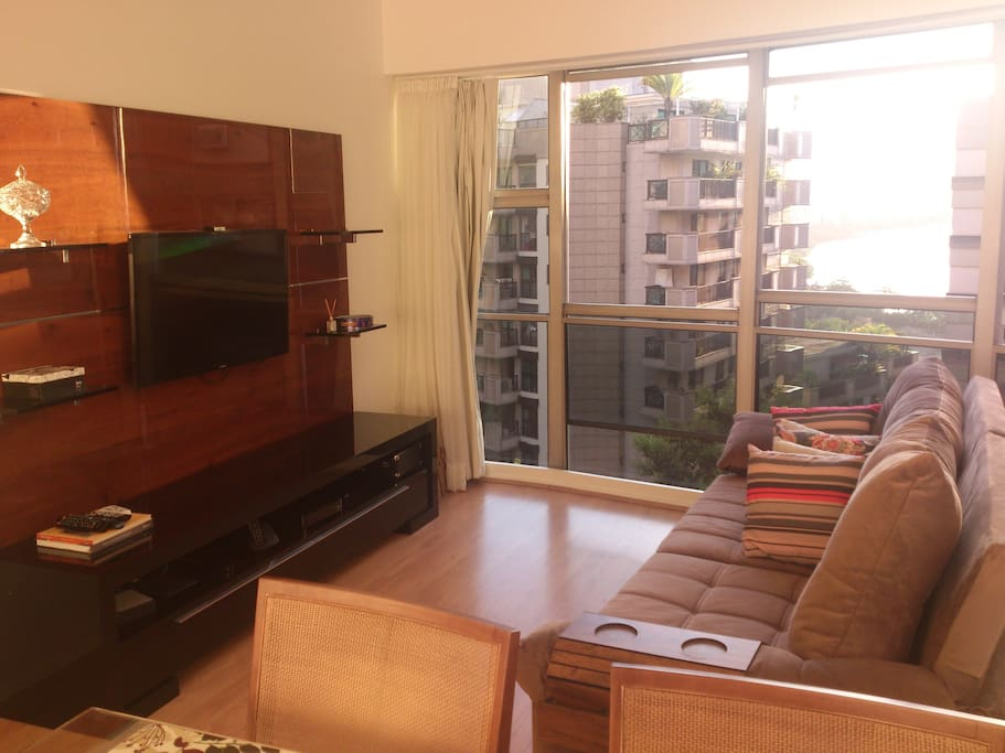 Sala de estar com sofá confortável e TV.