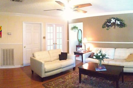 Friendly cosy home to live in - Metairie