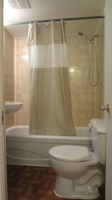 Salle de bain privée.   Private bathroom.