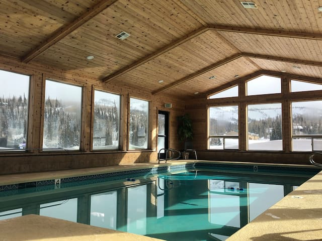 Jacuzzi Pool Sauna-GameRoom-Balcony &Garage CONDO