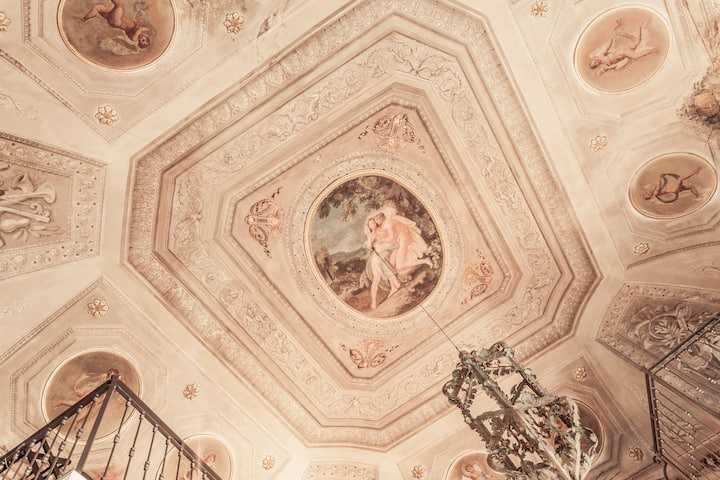 Live in history: loft with frescos