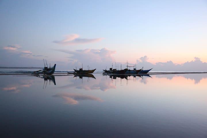 EastSurfCabanas - THE FAMILY ROOMS - sleeps 4 - Arugam Bay - 生態土屋
