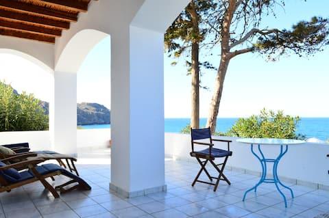 Villa Kamáres - merinäköala huvila rannan lähellä