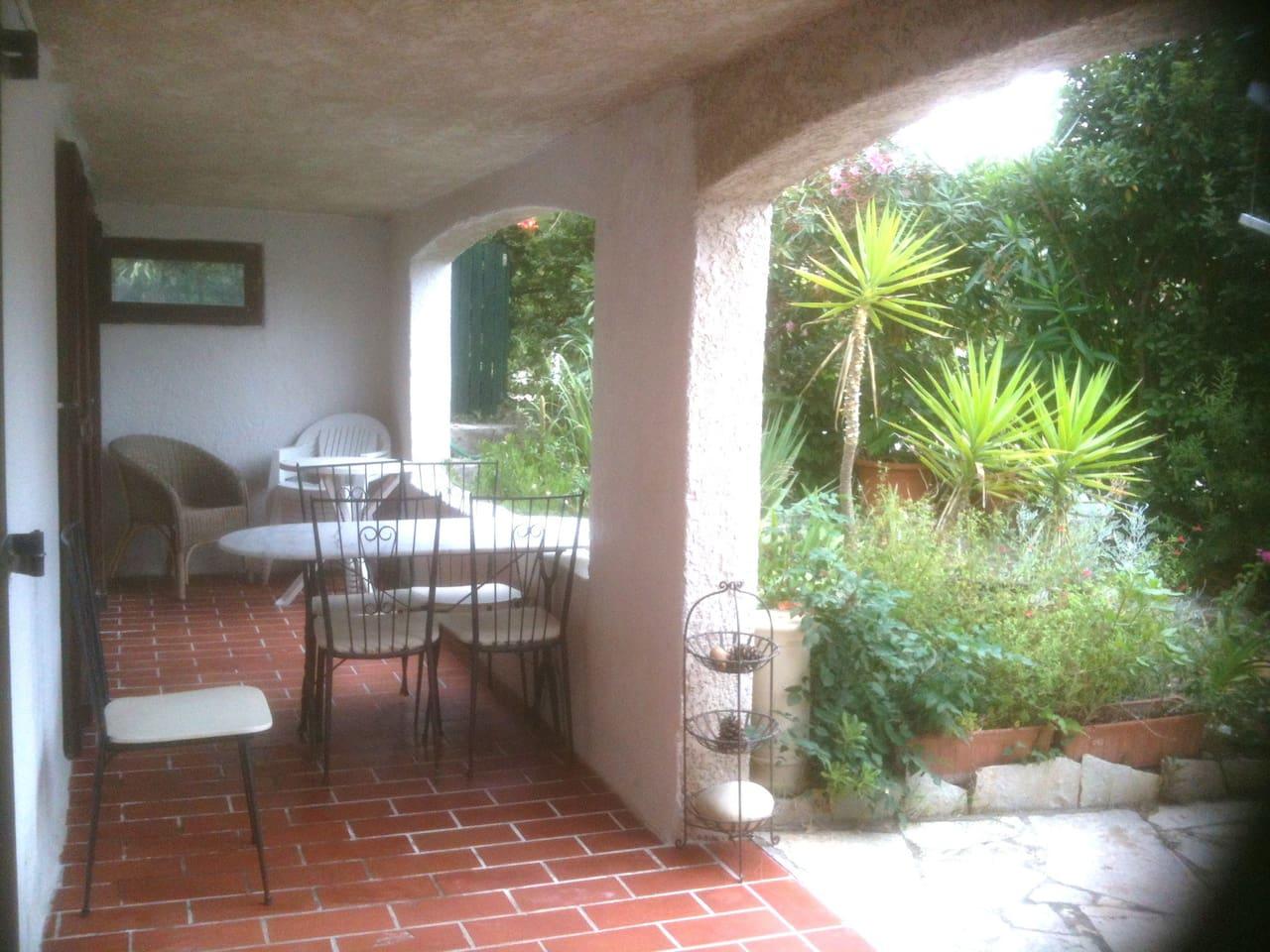 terrasse couverte pour prendre tous les repas ou l'apéro