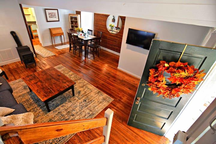 Furnace Mountain Cottage Rental. King Bed