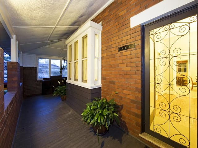 Homely brickcottage double bed room - Pennant Hills