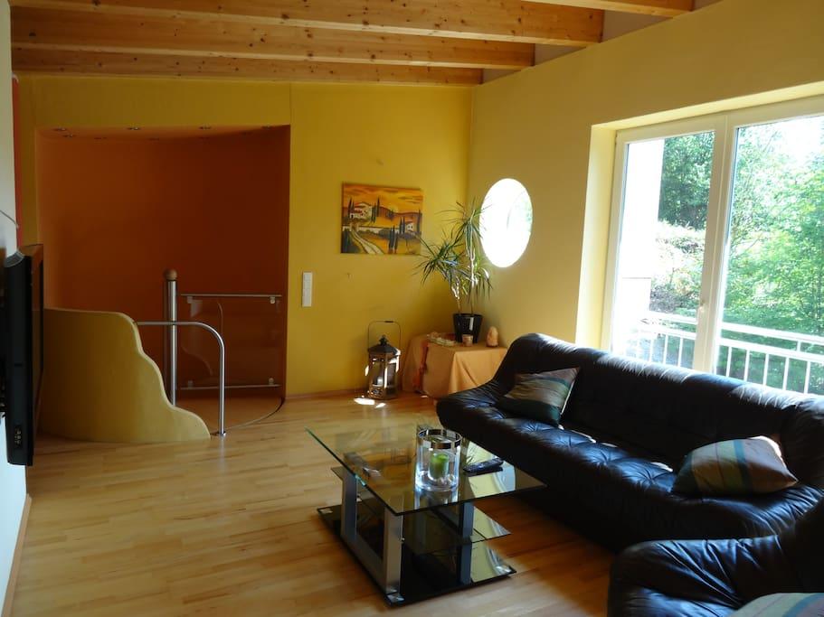Wohnzimmer und Treppenaufgang ins Obergeschoss