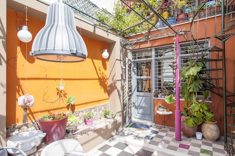 Living like in a cottage in the center of Athens