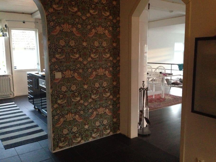 Hall entré plan 1, kök i bakgrunden, allrum till höger