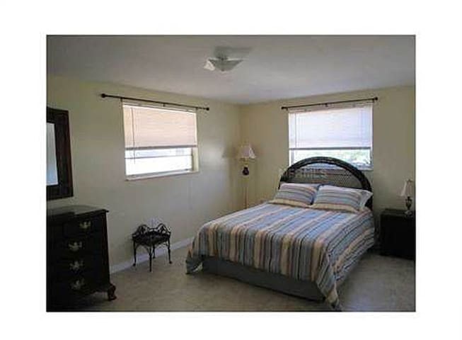 2nd, spacious bedroom, with queen sized bed.
