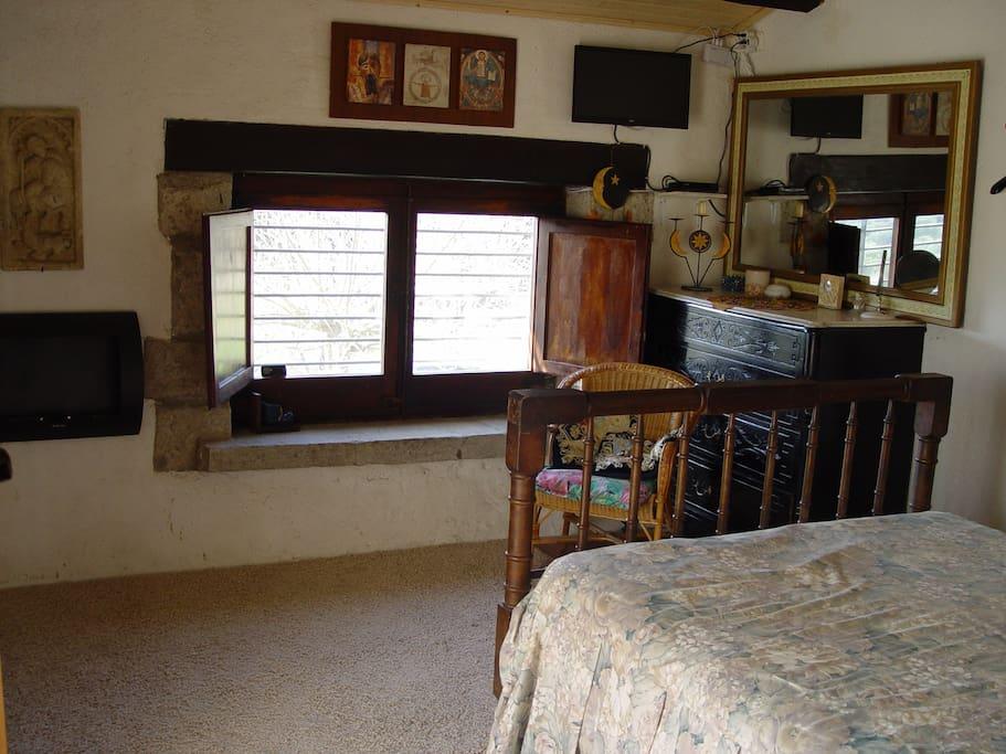 Habitacion: cama grande, tv y chimenea de bio-alcohol.