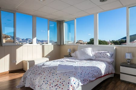 Top Floor Penthouse En-Suite Sea View  WiFi Pool