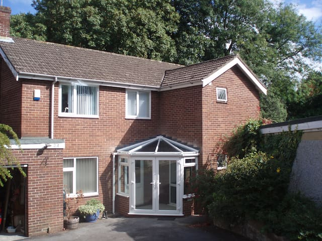 Single bedroom in family house in Southampton