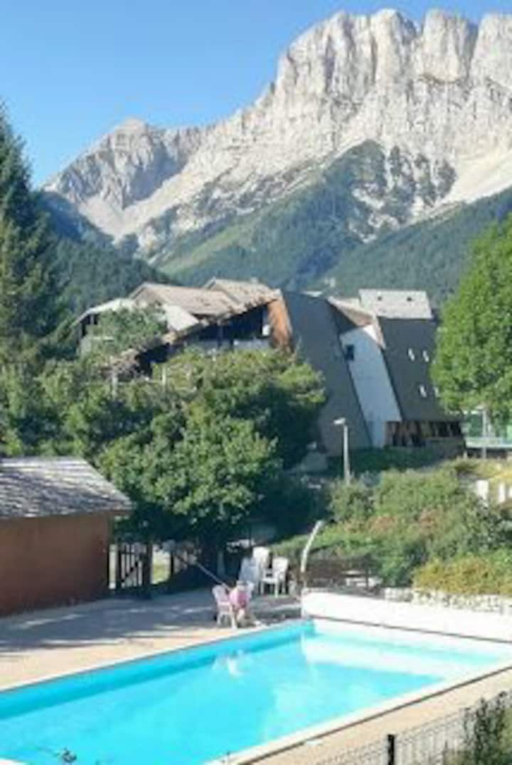 Studio mansardé de 18 m2 avec piscine privée .