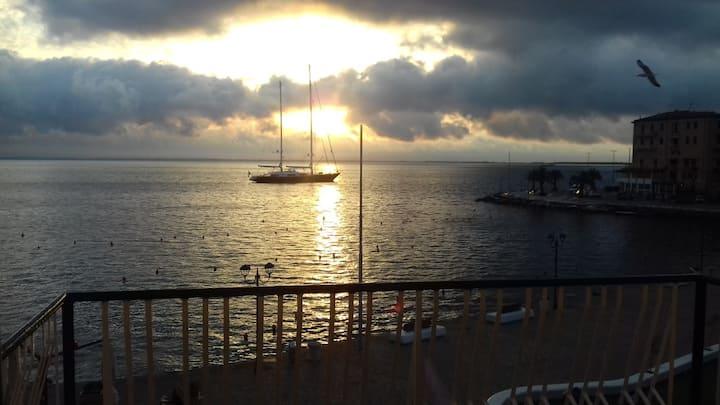 Ampio e luminoso, vista fronte mare spettacolare