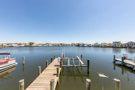 Bayfront mobile home w/ private dock, shared pools, & tennis court!