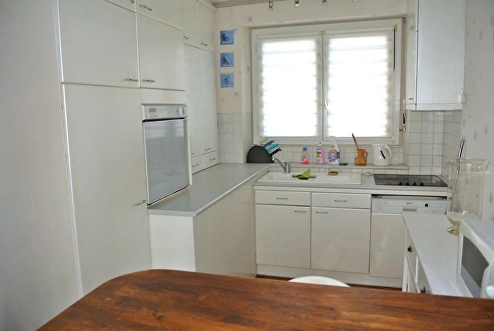 Cuisine ouverte sur la pièce de vie (four lave vaisselle et micro onde)