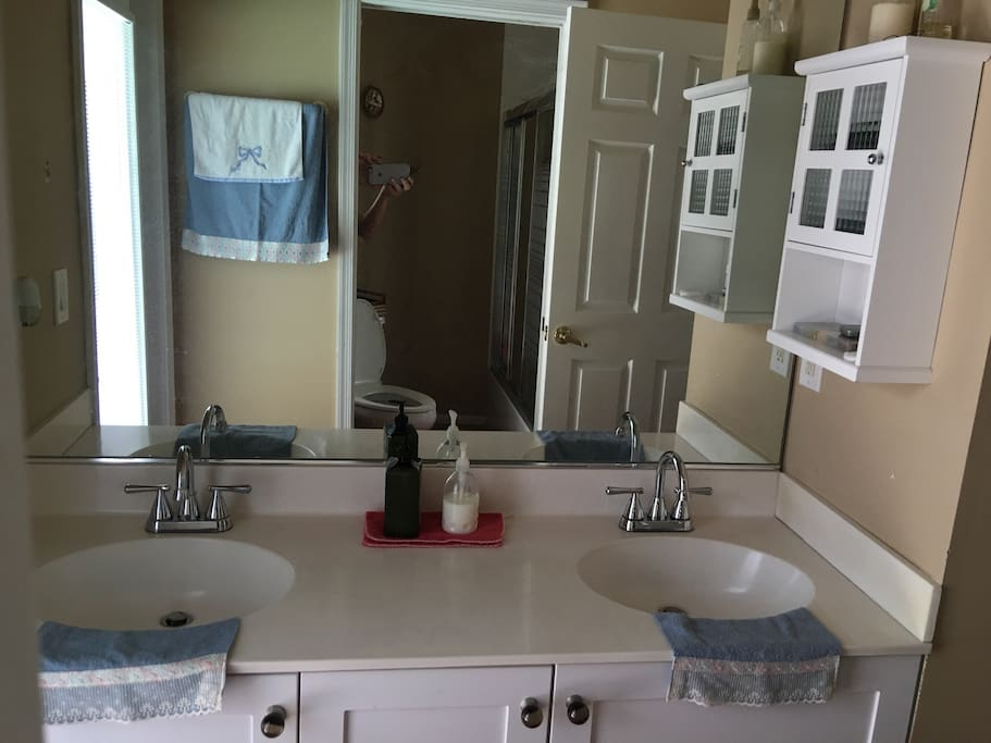 Double sink shared bathroom for the bedrooms