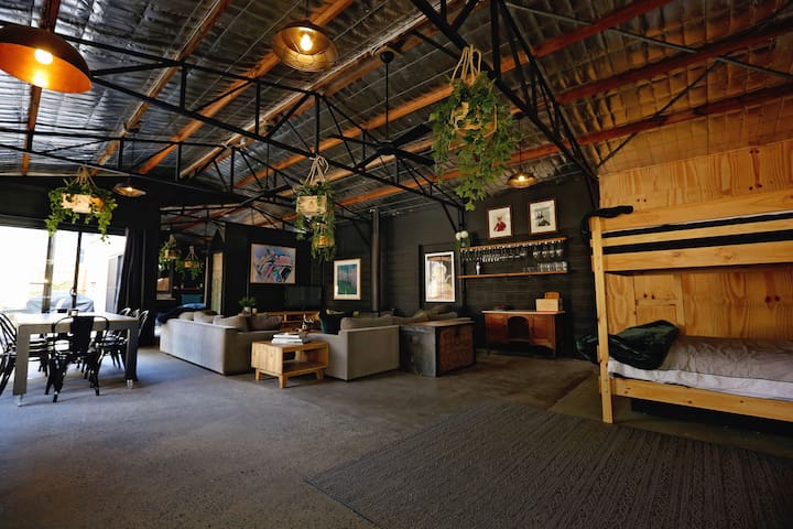 THE SHED Luxury warehouse in heart of Healesville