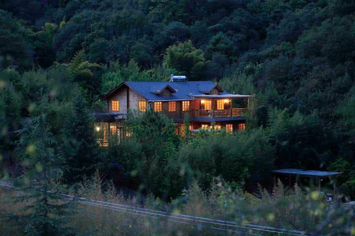 【松果屋】含早西山后独栋木屋!5卧度假!离城30公里隐居山林,鲜花盛开,沙池秋千,露天投影,生态美食