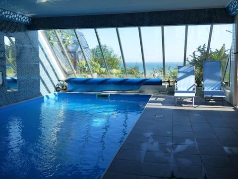 Vue mer et  piscine couverte