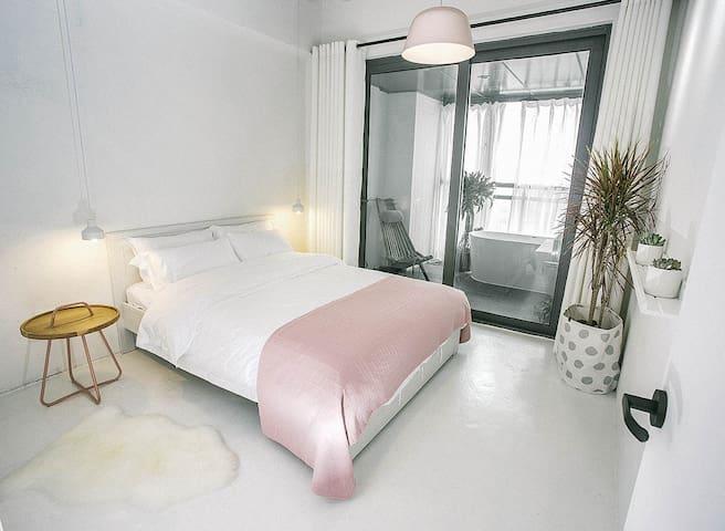 #寒舍Room3#  福田CBD,KK one 带浴缸,可长租,高空城市夜景民宿。拍摄请另咨询