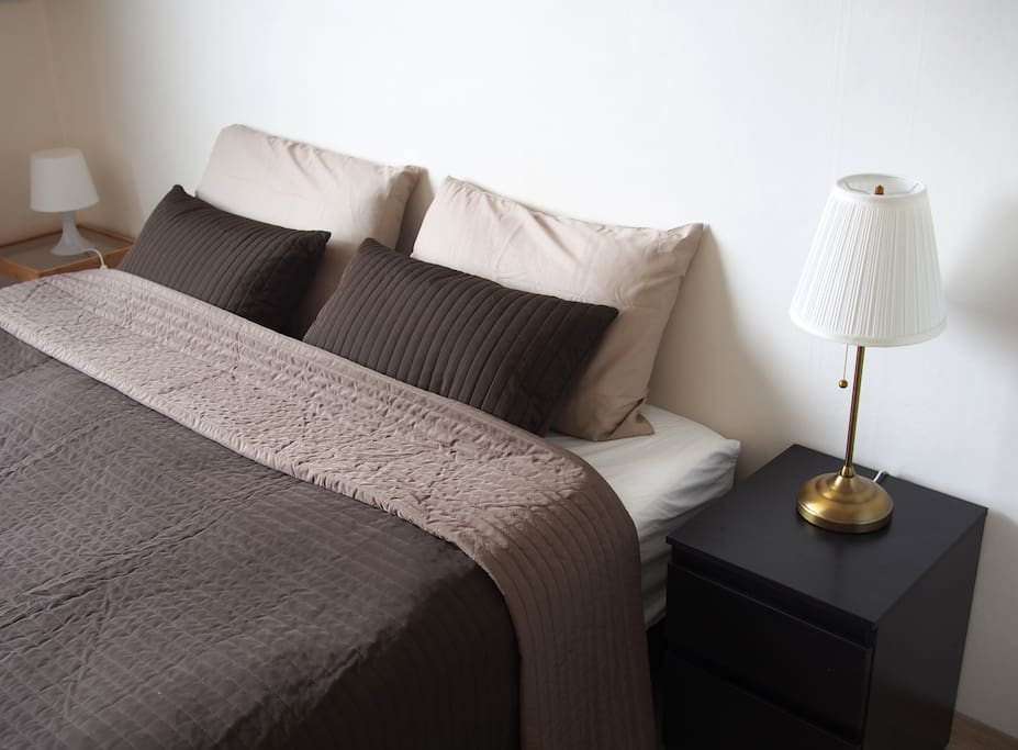 King size bed with bedside drawers and lamp