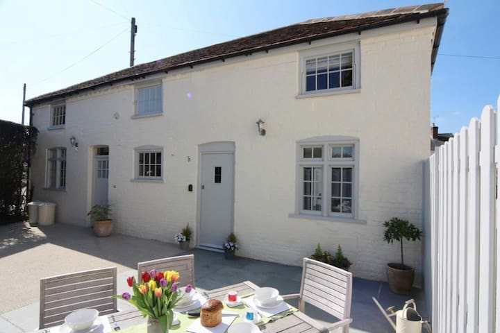 Luxury 3 Bedroom Country Cottage Near Winchester