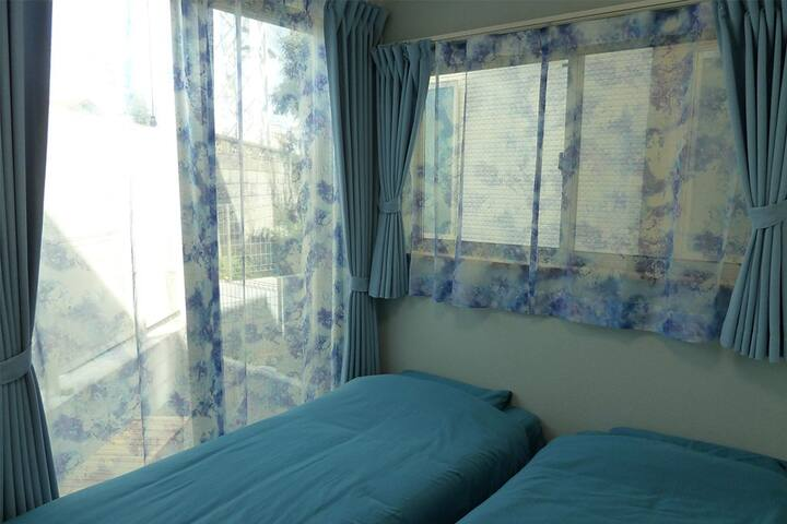 We have two guest rooms. Each room has a key.ゲストルームは2つあります。それぞれ鍵を設置しています。
