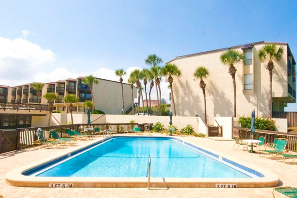 A key element of any ideal vacation. If you want a change of pace from the ocean waves, you can splash about in our oceanfront pool among palm trees and blue skies.