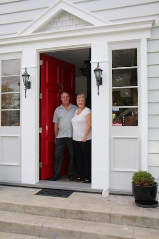 Your hosts, Dave & Glynis ready to welcome you to Elderslea Manor