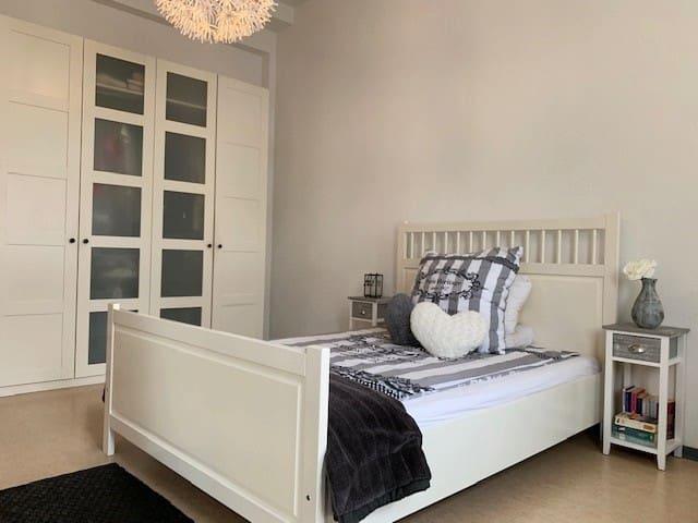 Schöne helle Wohnung Uni Nähe m. Parkplz & zentral