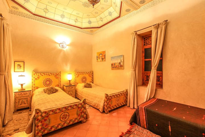 Big room WITH 4 BED in Medina Marrakech swiming