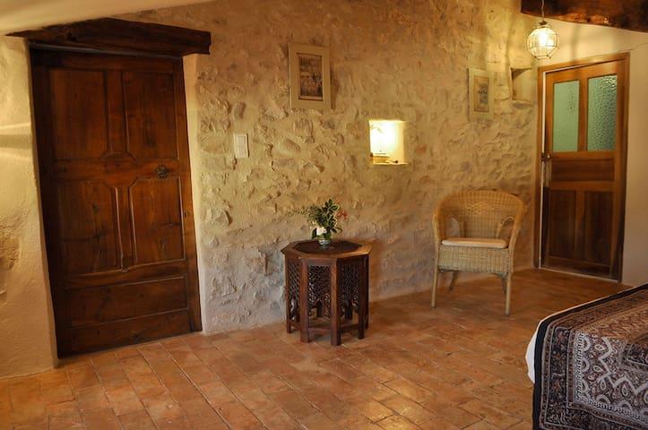 Chambre dans un village provençal - Lardiers - Bed & Breakfast