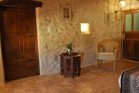 Chambre dans un village provençal - Lardiers