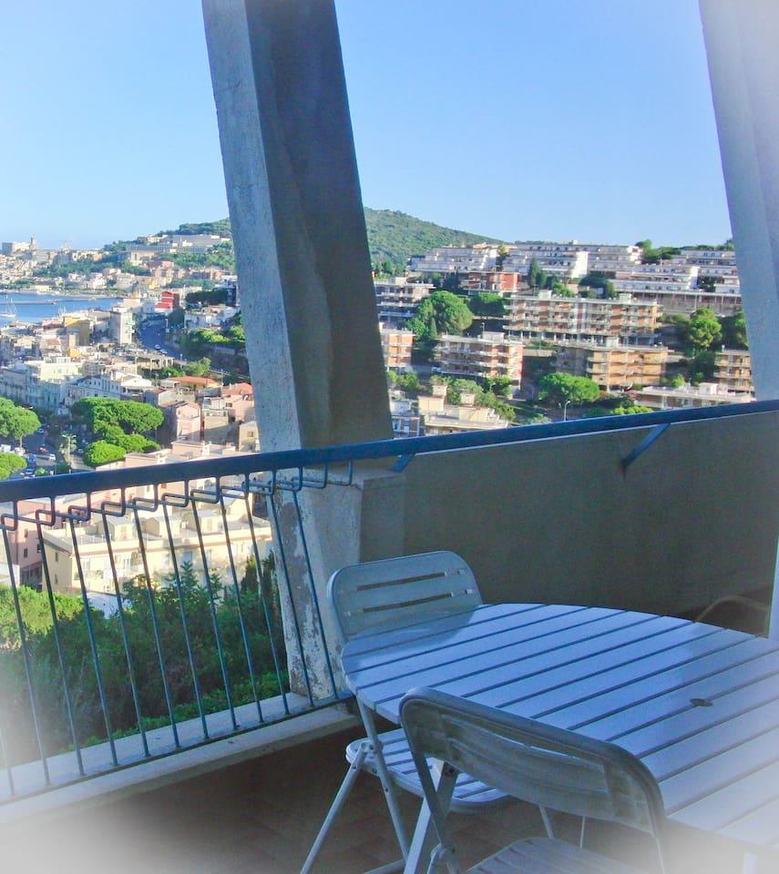 Dal terrazzo: lo splendido panorama di Gaeta.