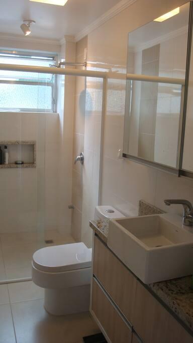 Banheiro com chuveiro a gás.